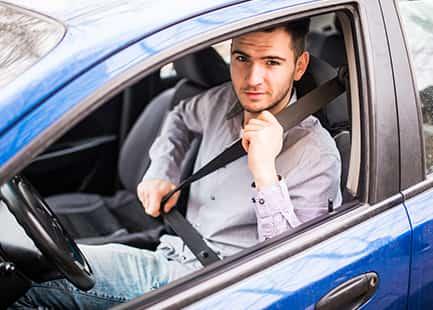 Un adolescente debe conducir protegido